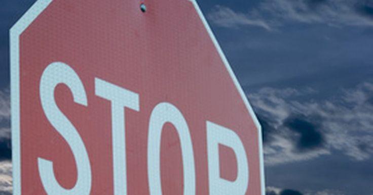 """¿Cuál es la multa por no detenerse completamente en un stop en California?. Una de las principales causas de las multas de tráfico es la parada de rodadura, también conocida como la """"Parada de California"""" o """"Rodadura de Rhode Island"""". Cuando los conductores deben detenerse en una señal de """"pare"""" (stop) y las calles parecen vacías, puede ser muy tentador no detenerse por completo y reducir la velocidad para rodar mientras ..."""