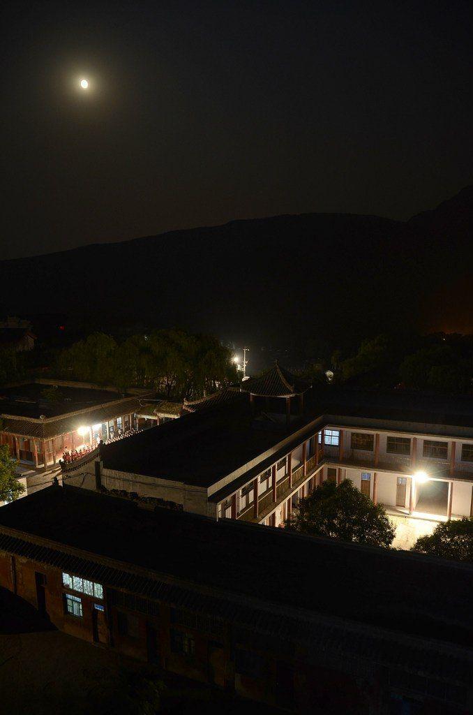 Корпуса академии боевых искусств вечером. (фото ВКонтакте Чжун Юань цигун на Новослободской)