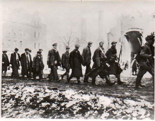 Civil War - Punakaartilaisvankeja Tampereella Hämeenkadulla. Tampere 1918.