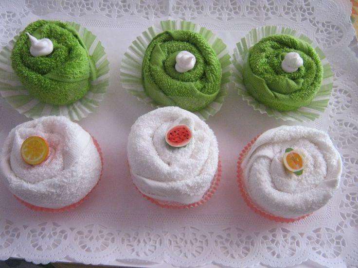 Vassoio di pasticcini composti da lavette con riccioli di panna e frutta.