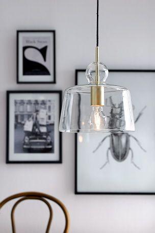 Kattovalaisin, jonka varjostin kirkasta lasia ja lampunpidike metallia. Varjostimen korkeus 22 cm. � 24 cm. Kangasp��llysteinen johto, johdon pituus 1,2 m. Kattopistoke. Iso kanta.<br><br>Valonl�hde ei mukana. Valaisimen tyyli muuttuu valitun lampun mukaan. Kokeile ja l�yd� sinulle mieluinen tyyli!  <br><br>