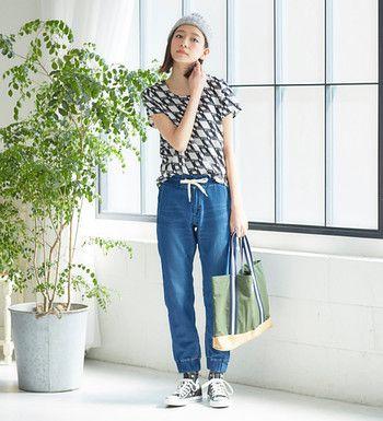 デニム生地のジョガーパンツにプリントTシャツを合わせたカジュアルスタイル。足元も柄ものソックスで遊び心をプラス♪