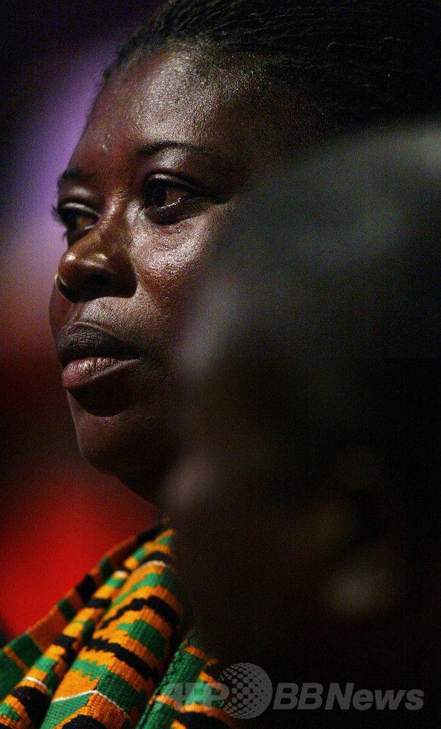 英ボーンマス(Bournemouth)での国際会議で、同国教育相の話に耳を傾ける、2000年に殺害されたビクトリア・クリンビー(Victoria Climbie)ちゃん(当時8)の母親(2003年9月30日撮影)。(c)AFP/Adrian DENNIS ▼21Jun2014AFP|儀式目的で虐待のアフリカの子どもたち、英に多数 国連委が警告 http://www.afpbb.com/articles/-/3018381