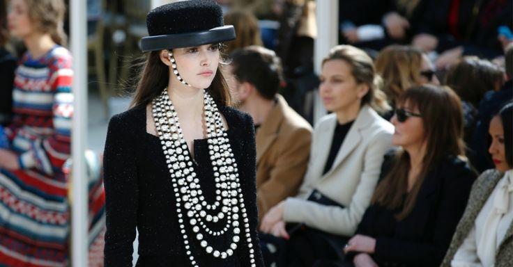 Salão de moda clássico é resgatado nos desfiles de Chanel e Saint Laurent