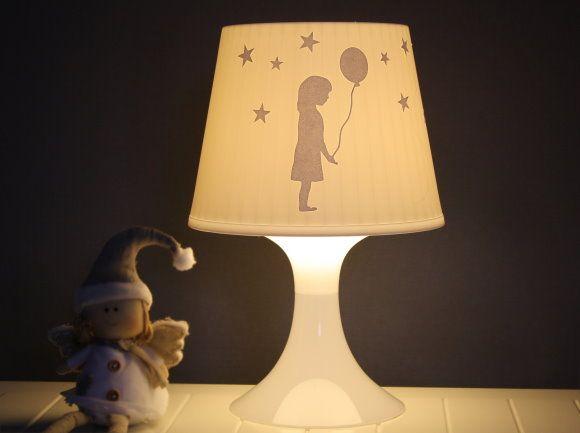 Ein beklebter Lampenschirm für tolles Schattenspiel