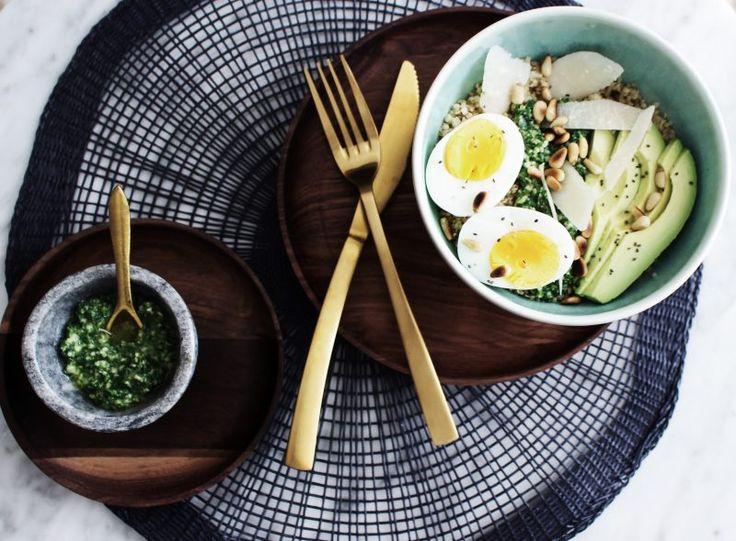 Recette Végétarienne - quinoa bowl pesto basilic et kale - oeuf - avocat - parmesan -pignons de pin - graines de chia Vegetarian food recipe - quinoa bowl - basilic and kale pesto - egg - avocado - parmesan - pine nuts - chia seeds