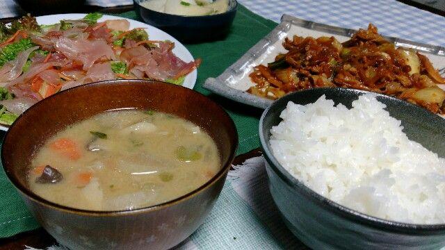 (/・ω・)/<娘だよー!) 今日の晩御飯を作ってみました。 白飯 豚汁 豚キムチ サラダ 豚汁は ごぼうなどの根菜と お好みのきのこを数種類 あとは玉ねぎなんかの野菜を 豚肉と一緒に煮込んで味噌を入れます。 時期によっては春菊や大根 じゃがいも、キャベツなどが入ります。 豚キムチは 玉ねぎとニンニク、キャベツを 炒めてから肉を入れます。 火が通ったらしょうゆで味をつけ、 キムチを好きなだけ投入しました。 温めたて完成です。 今回のサラダは 好きな白菜とレタスを 塩でもんでおきます。 ボウルにしょうゆ、ごま油、ワインビネガーを入れて 野菜の水気をきって 千切りの人参と一緒に入れます。 さっくり…