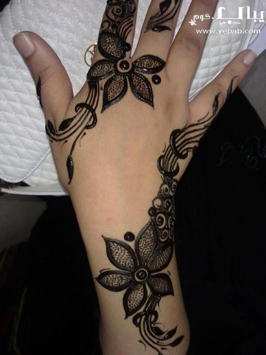 Sudani Mehandi design.  I like the ring encircling the long stems