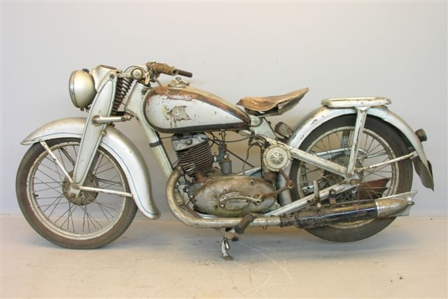 1940 DKW- have one of these in the garage. Not sure if it's a 40, but is similar. What to do with it, @wendyboffo?