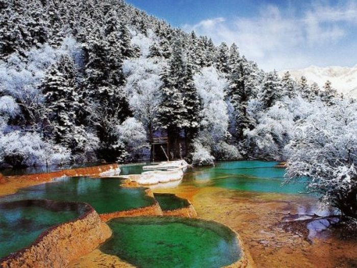 Национальный парк Цзючжайгоу (Jiuzhaigou Valley), Китай.   Цзючжайгоу означает «девять деревень», парк получил свое название в честь девяти тибетских деревень найденных в долине. Вся долина заполнена красивыми реками, озерами, и окружена снежными горами.  Парк считается настолько важным природным чудом, что был классифицирован, как один из представителей Всемирной сети биосферных резерватов.