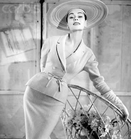 Moda anni '50, look BalmainUno scatto anni '50, tubino lungo e giacca con punto vita stretto firmato Balmain.