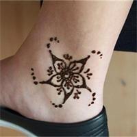 die besten 25 henna tattoos blume ideen auf pinterest henna blumen henna blumen designs und. Black Bedroom Furniture Sets. Home Design Ideas
