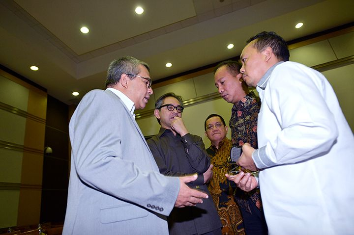 Wakil Ketua Komisi I DPR RI Ramadhan Pohan (kanan) berbincang dengan Menlu Marty Natalegawa (kedua kiri), Agus Gumiwang, (kedua kanan), Surya Kusumanegara (tengah) dan Helmy Fauzi (kiri) usai rapat kerja dengan Komisi I DPR di Kompleks Parlemen Senayan, Jakarta, Rabu (4/12). Rapat kerja tersebut membahas RUU tentang Pengesahan Konvensi Internasional untuk Perlindungan Semua Orang dari Penghilangan Paksa.