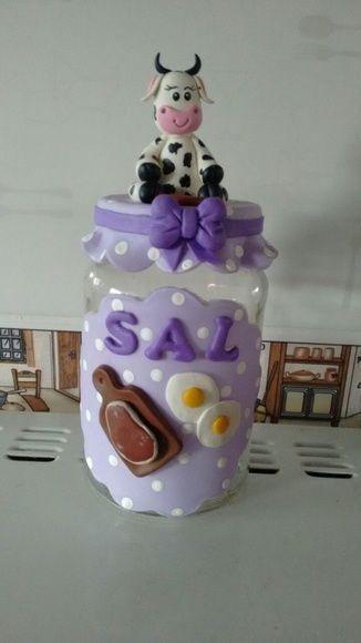 Pote de vidro para sal. Decorado com biscuit  Capacidade para 500ml.  A cor fica a critério do cliente