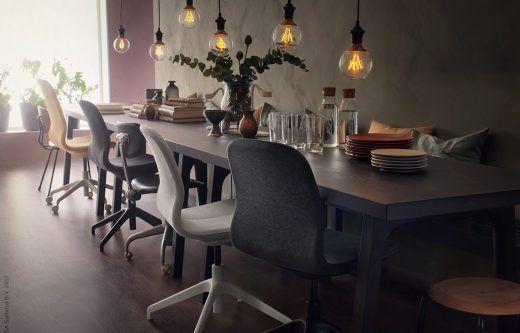En av höstens stora trender är konst, där det finns två heta spår att följa. Sätt stilen med en riktigt stor tavla eller gör en personligt mixad tavelvägg. Här har vi utgått från KALVIA skåpsluckor med abstrakta mönster, design Martin Bergström.