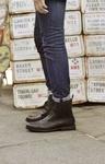 Dieser Glenmore Cap Herrenstiefel in Dunkelbraun vereint die feine Optik von bestem Glattleder mit dem coolen Look eines Stiefels. Das findet auch Moderedakteur Anthony Elliott: Gefüttert und aus robustem Material, sind sie die idealen Begleiter an kalten Wintertagen für den stilbewussten Mann. #HW12