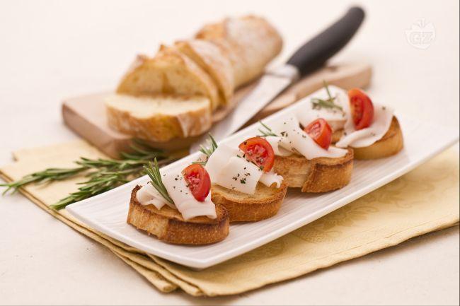 Queste bruschette sono preparate con lardo di Colonnata  affettato sottilmente, adagiato su fette di pane tostato e cosparso con pepe macinato e uno spicchio di pomodoro.