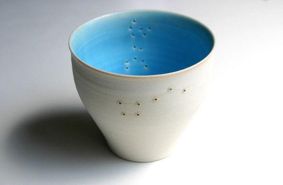 星座の模様になるように、器に穴をあけ線で結びました。内面のブルーが開けた穴を通して光が漏れるように見えます。水が漏れないように外側からも穴の部分は青い釉薬で埋...|ハンドメイド、手作り、手仕事品の通販・販売・購入ならCreema。