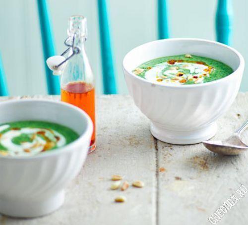 Зеленый суп с кедровыми орешками и йогуртом
