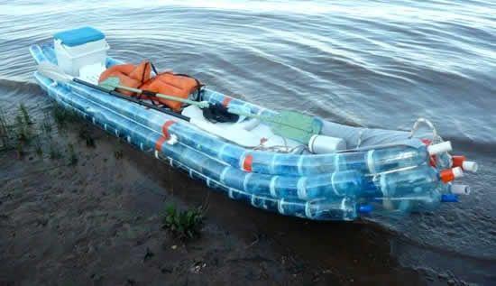 Canoa ou barco com garrafas Pets