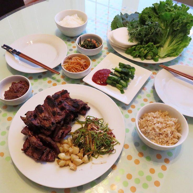 Korean Beef Short Rib BBQ 한국가게가서 냉장고 터지게 장봐와서 오랜만에 바베큐 *갈비양념- 진간장 반컵에 콜라 2컵정도(+-콜라로 간맛춤), 마늘가루, 후추,양파가루, 참기름 각각 작은한술씩넣고 파를 썰어 좀 주물러 향을내어 넣어준후 고기를 넣어 양념이 베게하는데, 특히 LA갈비는 양념에 씻듯이 살살 문질러 뼛가루가 떨어지게 하는데 중요함. *요리팁^.~ 고기를 한꺼번에 양념해서 먹을만큼씩 통에 담아 냉장실에서 하루지난후 냉동실에 얼려두면 간편하다는