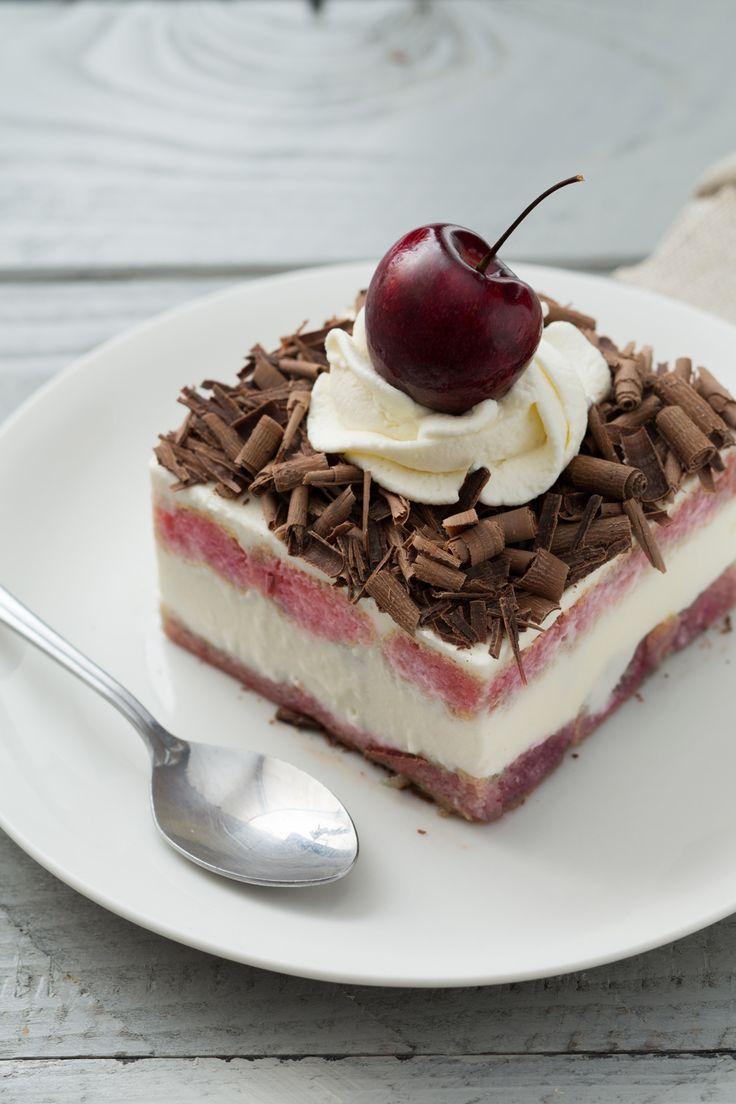 Tiramisù Foresta Nera: due dessert in uno. Pronti per un'esplosione di gusti e consistenze?  [Black forest tiramisù dessert]