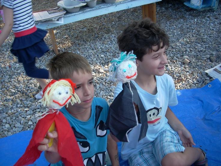 Τα παιδιά που συμμετείχαν στο εργαστήρι κούκλας έπαιξαν με αυτές και τις ζωντάνεψαν
