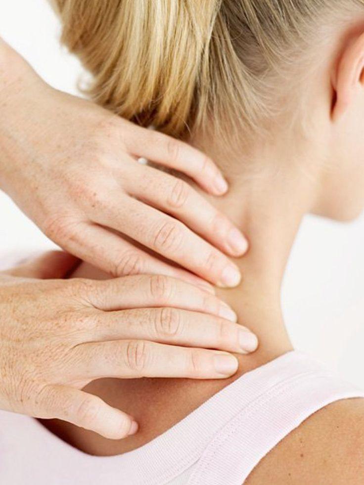 Schultern und Nacken verkrampfen besonders leicht, wenn ihr bei der Arbeit viel sitzt und euch wenig bewegt. Eine Massage hilft, Verspannungen zu lösen und verkrampfte Muskeln zu lockern.Streicht mit ganz sanftem Druck zu beiden Seiten den Schultergürtel entlang. Im zweiten Schritt massiert ihr ihn mit kleinen kreisenden Bewegungen. Legt die Handballen auf den Schultergürtel und lasst die Haut und das Gewebe vibrieren, indem ihr den Handballen auf der Stelle leicht und schnell hin- und…