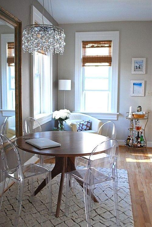 louis ghost chair, cadeira transparente na decoração da sala de jantar com mesa redonda de madeira e lustre