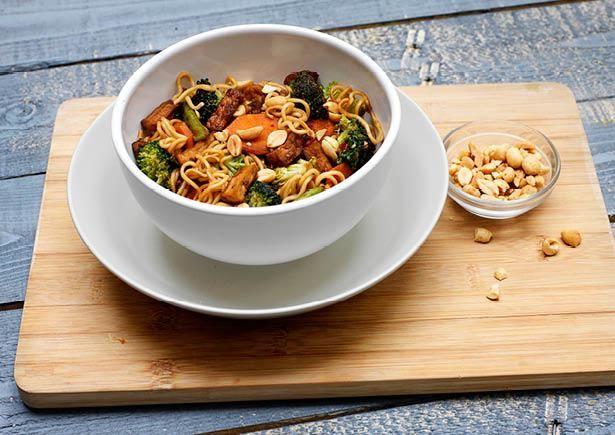Receptenarchief Oosterse noedels met kruidige tofu en gember met knapperige pinda's Recept