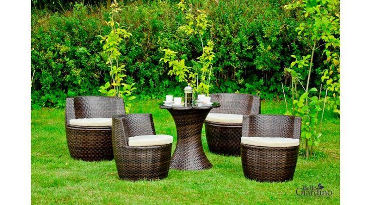 Egy egyáltalán nem szokványos, 5 darabból álló Bello Giardino kerti garnitúra az eredetiség kedvelőinek. A bútor az időjárás károsító hatásaival szemben nagyon ellenálló, magas minőségű Technorattanból (műrattanból) készül, így minden