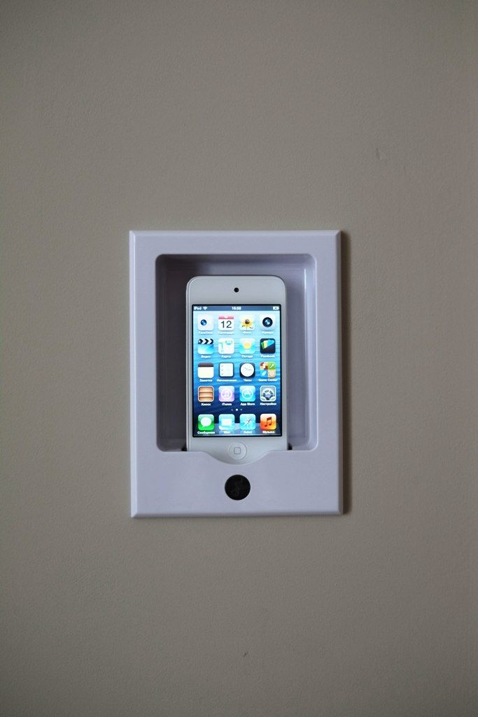 Док станция для iPod в ванной комнате. Звук с iPod, в т.ч. интернет радио и прочие аудио источники можно прослушивать через потолочную архитектурную акустику.