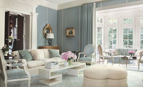 Härligt vardagsrum i ljusblått och vitt
