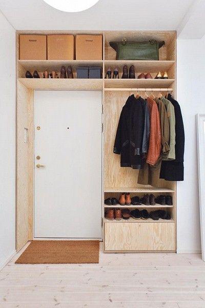 Enklare plywood används ofta till förvaringshyllor i garage och förråd, men funkar minst lika bra som en mångsidig kläförvaring i en hall.
