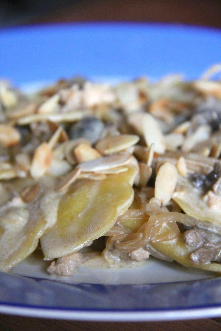 Ravioli mezzelune al pistacchio con ragù di pollo funghi e scaglie di mandorle…