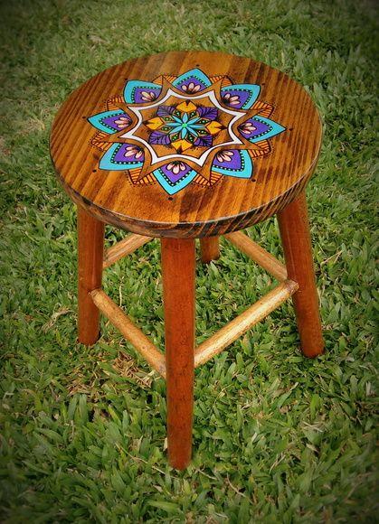 Banquetas pintadas a mão. Por Natiane Pietta. #stool #mandala #woodpainting #ateliernatipietta #decor #design #makeover