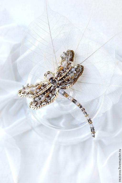 Купить Брошь - Cтрекоза - золотой, ручная вышивка, брошь стрекоза, вышитая стрекоза, стрекоза из бисера