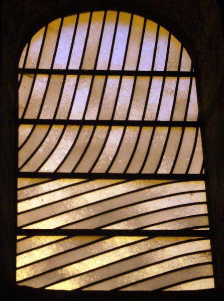 Les vitraux de l'Abbatiale de Sainte- Foy de Conques (Aveyron)  Création de Pierre SOULAGES