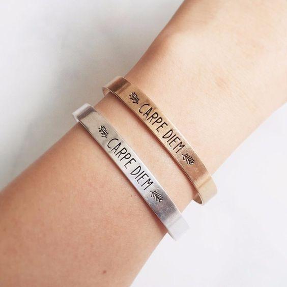 Bracelet en métal plaqué doré ou métal argenté. Le bracelet tendance idéal à offrir à une femme! Un bracelet portebonheur et tendance 2016 . Un bijou créateur tendance qui sublimera toutes vos tenues. Bracelet réglable convient à tous les poignets. Emballage cadeau offert!