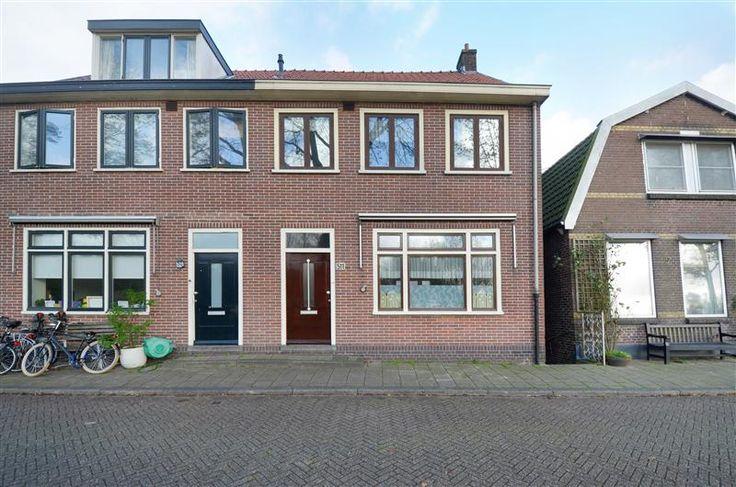 Te koop: Nieuwendammerdijk 511, Amsterdam - Hoekstra en van Eck. Originele details, vrij uitzicht en een woning met veel mogelijkheden! Deze woning is gebouwd in 1934, uniek in z'n soort, doordat o.a. alle woonlagen (3x) voorzien zijn van rechte wanden. Dit komt bijna niet voor op de Nieuwendammerdijk en is dus een groot voordeel!  De kelder is in de jaren '30 door de bewoners gebruikt voor een boter-, kaas- en eierenhandel. Hier zijn de authentieke details nog van te zien!