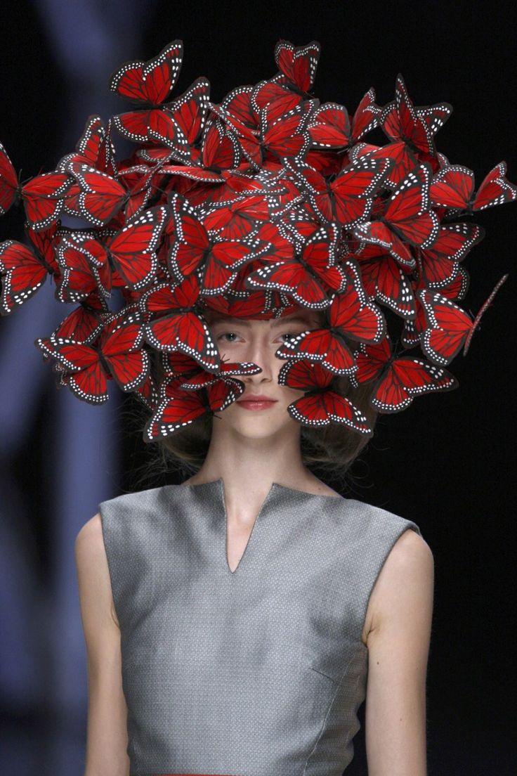 Tocado de la mariposa de plumas de pavo pintados a mano, Philip Treacy para Alexander McQueen, La Dame Bleue, Primavera / Verano 2008. Modelo: Alana Zimmer