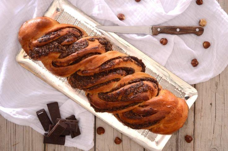 Ένα διαφορετικό, πιο σοκολατένιο τσουρέκι που ξεφεύγει από το πατροπαράδοτο. Με γέμιση σοκολάτας με θρυμματισμένα φουντούκια να πλέκονται μέσα του. Τέλειο μαζί με τον καφέ ή το γάλα, πάντα αφράτο και μοσχομυριστό! ΜΕΡΙΔΕΣ: 2 ΤΣΟΥΡΕΚΙΑ ΧΡΟΝΟΣ ΠΡΟΕΤΟΙΜΑΣΙΑΣ: 1 ΩΡΑ ΧΡΟΝΟΣ ΑΝΑ