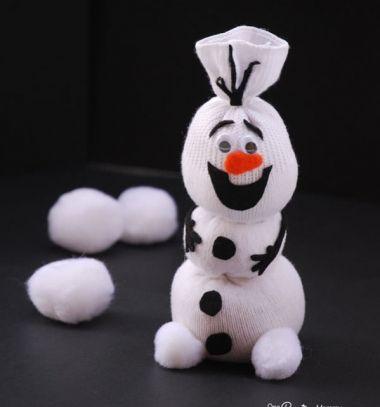 Ennek a remek részletes leírásnak és a hozzá tartozó nyomtatható mintaívnek a segítségével ti is elkészíthetitek Olaf-ot a Jégvarázsból egy fél pár fehér zokniból. Ügyes ugye? Többféle zokni hóember készítési útmutató létezik már, de ezzel most azoknak a gyerekeknek (és felnőtteknek) szerettünk volna kedveskedni akik szeretika Disney Jégvarázs című meséjét. Olaf-ot rendkívül egyszerű elkészíteni mert nem igényel varrást: a kiegészítőket egy pici ragasztóval is rögzíthetitek.