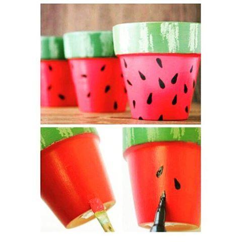 Lovely DiY Watermelon vase decor inspiration from Pinterest Qui veut de la pastèque??? DiY vase coloré inspiration déco #doityourself #diy #decor #diyideas #diyblog #diyordiy #emag #decoration #watermelon #pastèque #fruits #vase