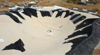 5th step – Spreading of the rough layer of structural paving Natural granulated quartz is mixed with non-toxic resins and then spread by hand over the entire area of the pool surface.