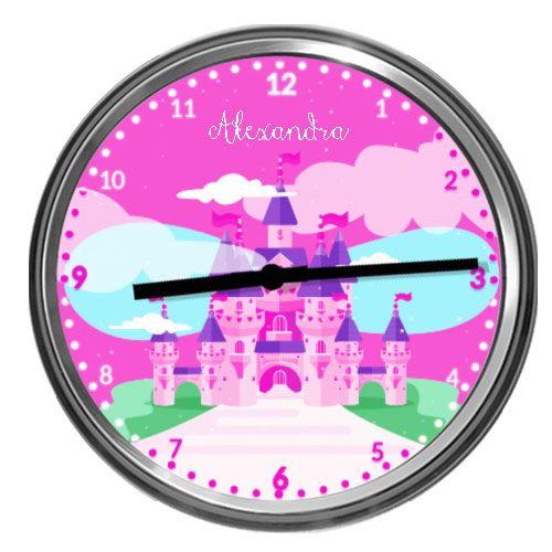 Ceas personalizabil cu CastelCeas de perete cu un castel din poveste, cu turnulete roz si mov. Personalizati acest ceas cu prenumele copilului dvs., ce poate sa fie scris in partea de sus a cadranului.