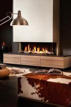 Sfeervolle gashaard als middelpunt van je woonkamer. Deze gashaard, van het merk Dru, is aan drie kanten voorzien van een ruit zodat je vanuit alle hoeken van de kamer zicht hebt op de gezelligheid van het vuur. Lekker op een poef of kleed geniet je van de behaaglijke warmte.   Deze haard is geplaatst op een meubel met handige lades, zo heb je bijvoorbeeld je favoriete tijdschriften of boeken altijd bij de hand. Dru