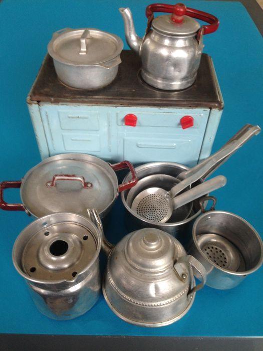 Online veilinghuis Catawiki: Fabr. onbekend - Lengte 15 cm - Kavel met blikken fornuis en 11-delig kookgerei, jaren 50