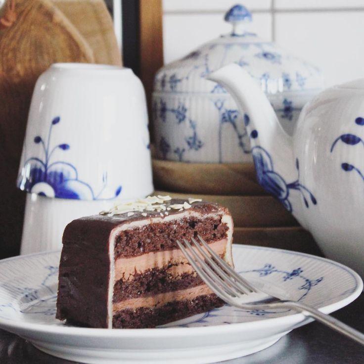 Time for cake & tea⭐️ #chokoladekage #musselmalet #musselmaletriflet #blueflutedplain #blåmega #blueflutedmega #blåmegamussel #royalmovement #royalcopenhagen #rcspam #rckærlighed #igkaffe #igkaffeklub #muubs #georgjensen #copenhagen #hvidriflet #lagkagehuset #bobedre #bobedredk #boligmagasinet #boligindretning #interiør123 #interiorstylist #interiørmagasinet