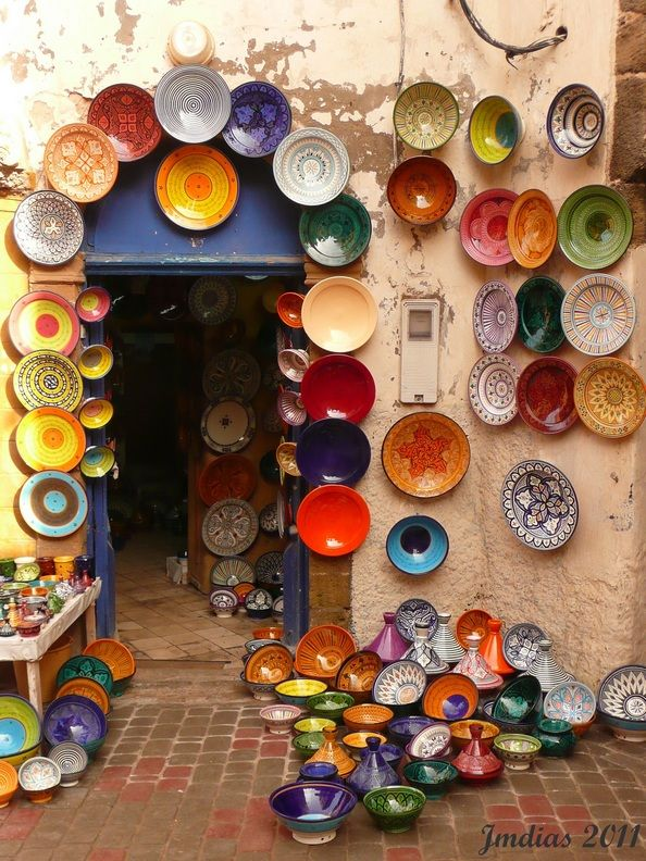 While crossing the old streets of Essaouira, Morocco I found many shops selling artcraft, anyway the city is famous because objects made with wood of tuya. Here we can see a big sample of typical plates.